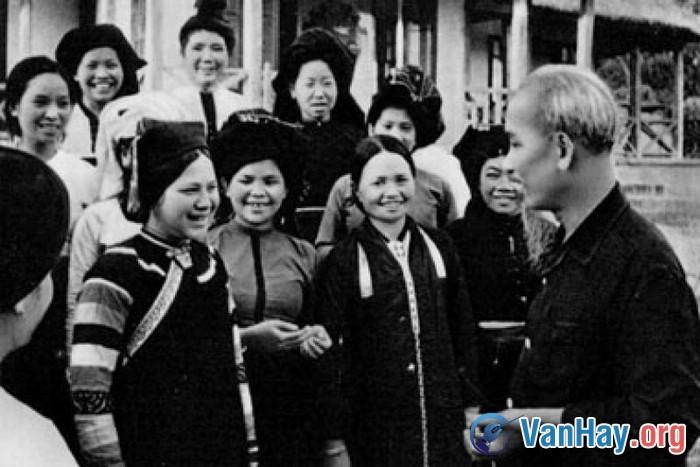 Bác Hồ với phụ nữ dân tộc