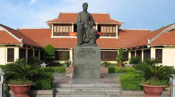 Viết một đoạn văn giới thiệu về tác giả Nguyễn Du và Truyện Kiều