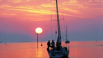 Phân tích hai khổ thơ sau trong bài thơ Đoàn thuyền đánh cá của Huy Cận: Mặt trời xuống biển như hòn lửa... Mắt cá huy hoàng muôn dặm phơi